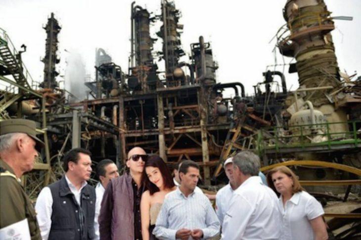 Meme de la visita de Peña Nieto a Pemex en Coatzacoalcos con una pareja de novios montados con photoshop