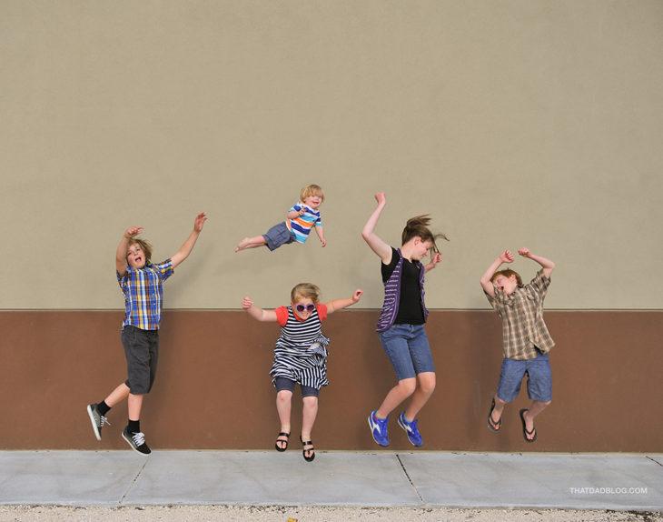 William, el niño con Síndrome de Down que puede volar, fotografiado por su papá Alan Lawrence junto con sus 4 hermanos mayores