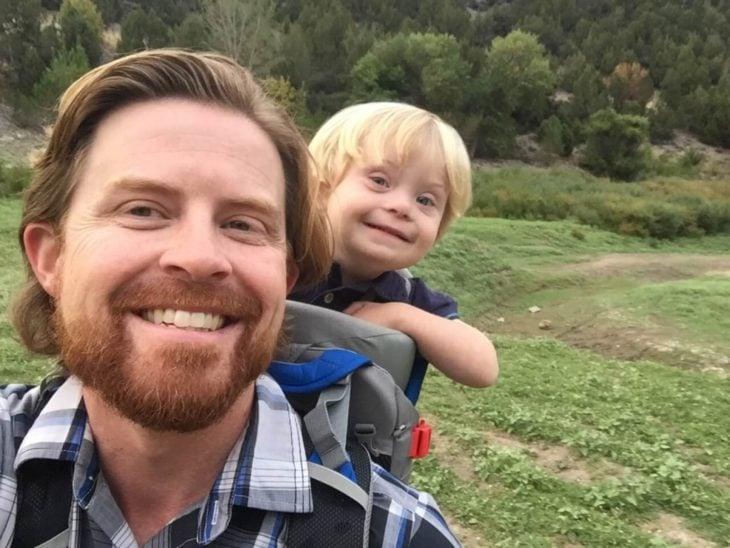 William, niño con Síndrome de Down, sonriendo junto con su papá Alan Lawrence