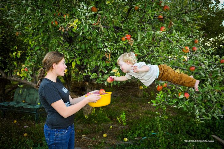 William, niño con Síndrome de Down, volando ayudando a bajar manzanas de un árbol