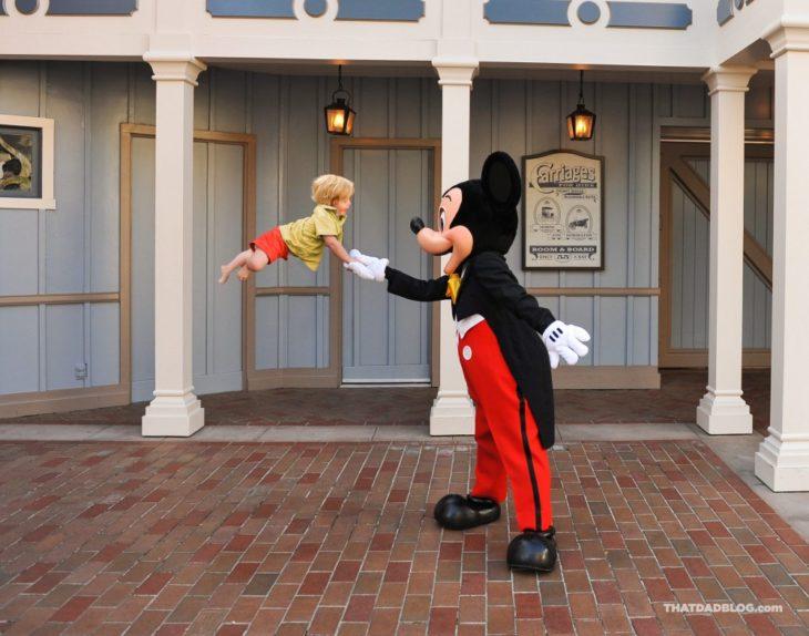 William, niño con Síndrome de Down que puede volar, saludando a Mickey Mouse
