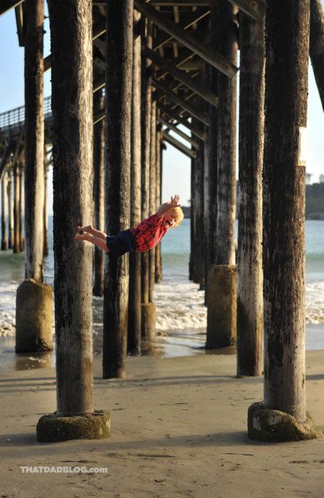 William, niño con Síndrome de Down, volando en la playa