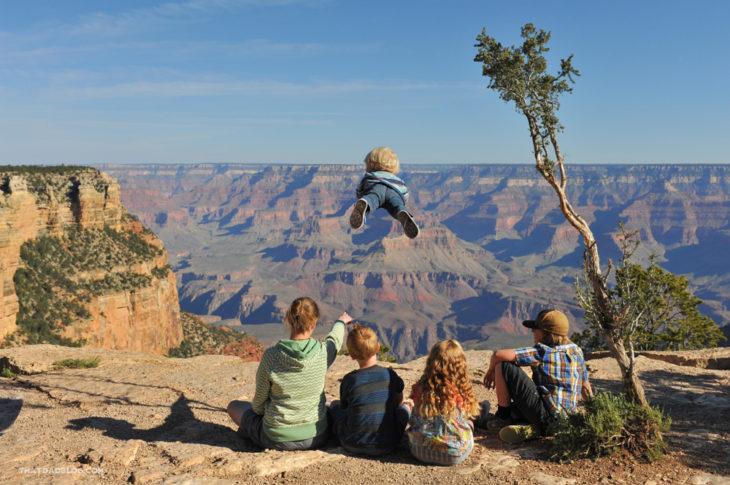 William, niño con Síndrome de Down que puede volar, junto con sus 4 hermanos mayores en un acantilado