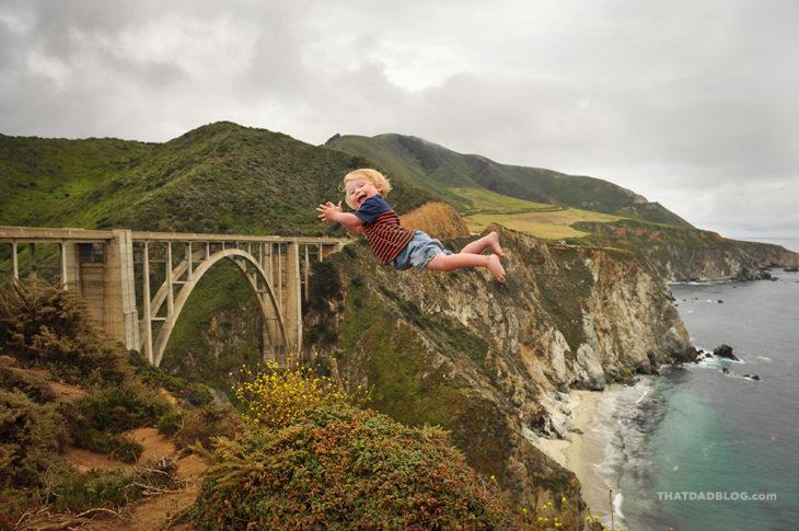 William, niño con Síndrome de Down que puede volar, en un paisaje donde hay un puente y una playa