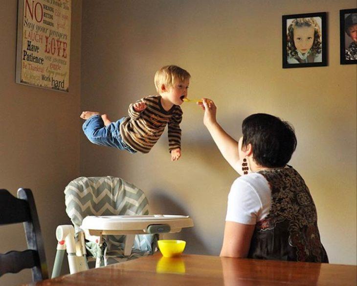 William, niño con Síndrome de Down, volando mientras le dan de comer