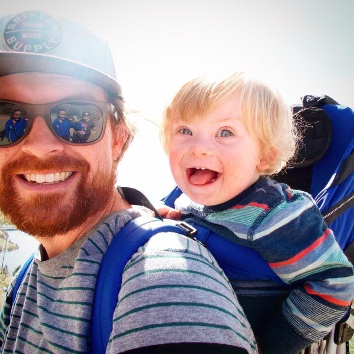 William, niño con síndrome de down que puede volar, junto con su papá Alan Lawrence
