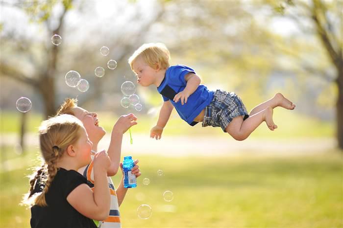 William, niño con Síndrome de Down, volando y jugando con burbujas de jabón