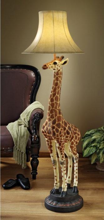 lámpara de piso en la forma de una jirafa
