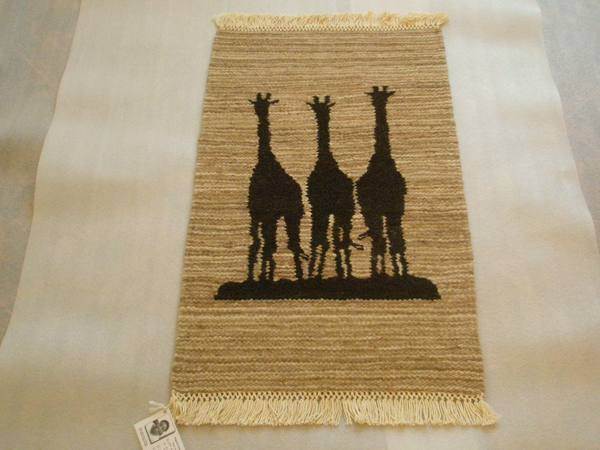 Alfombra con el dibujo de la sombra de tres jirafas
