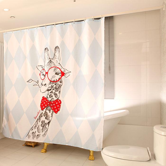 cortina de baño con el diseño de una jirafa