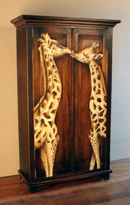mueble ropero con el diseño de dos jirafas dándose un beso