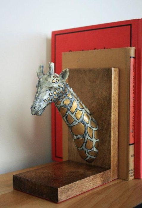 sujetador de libros en forma de jirafa