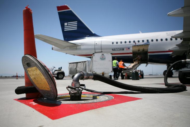 avión cargando combustible