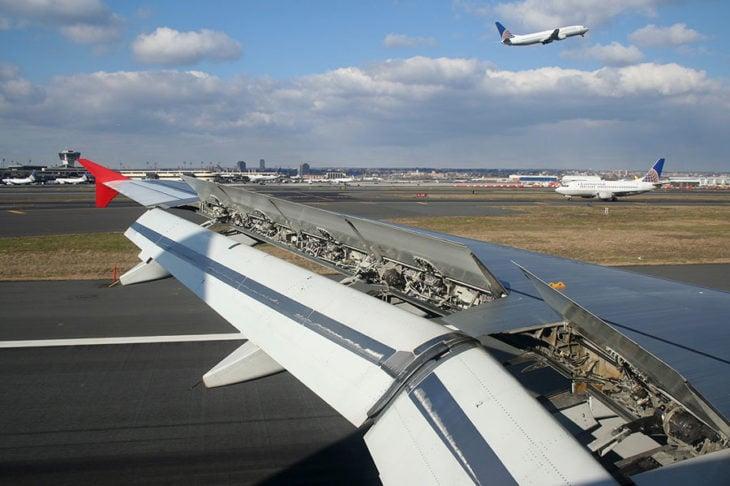 avión con los alerones en alto