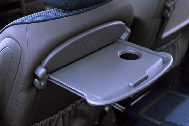 bandejas en la parte trasera de los asientos de los aviones