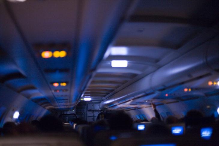 luces de los aviones apagadas