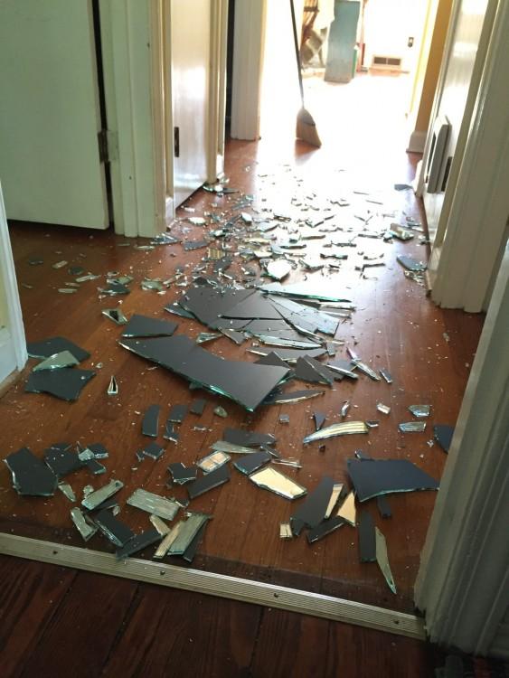 Su hijo se enfadó y rompió el cristal de un portazo. Así reaccionó la madre