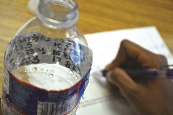 Graba todo en una etiqueta de la botella de agua para que no lo note tu profesor