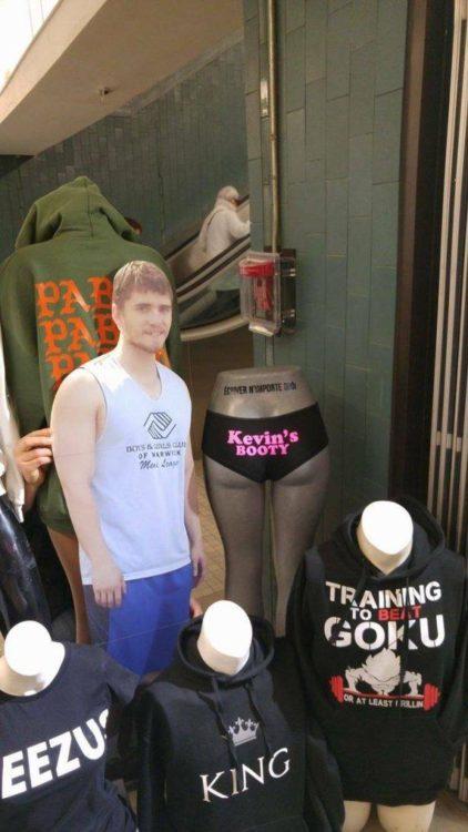 Kevin comprando recuerditos