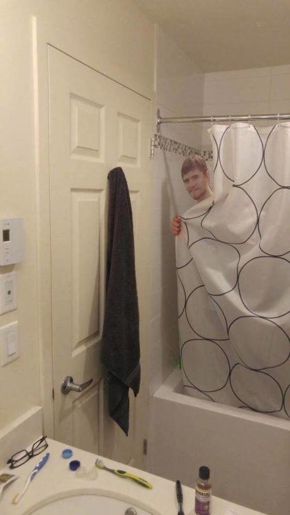 kevin bañandose
