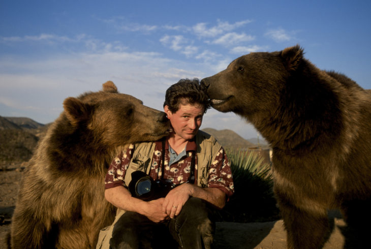 dos osos huelen y besan a un fotógrafo