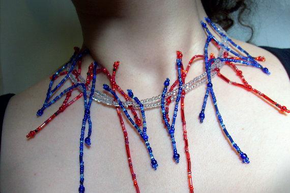 collar hecho con chaquira que aparentan las venas del cuerpo