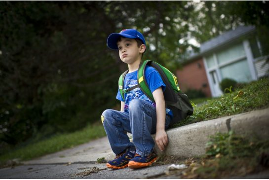 imagen niño esperando en la calle que lleguen por él