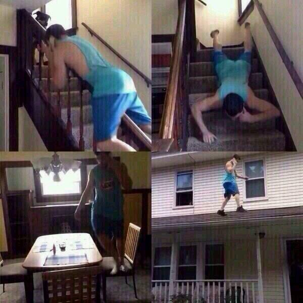 imagen hombre caminando por toda la casa mientras habla por teléfono