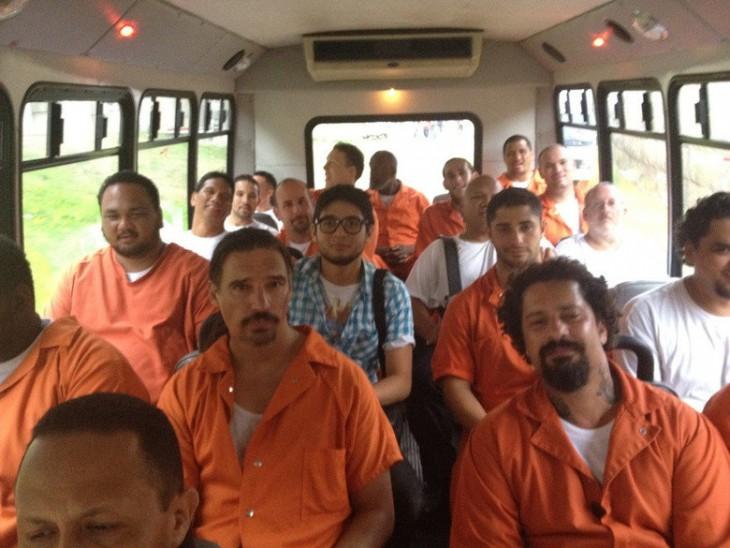 autobús lleno de presos y un estudiante