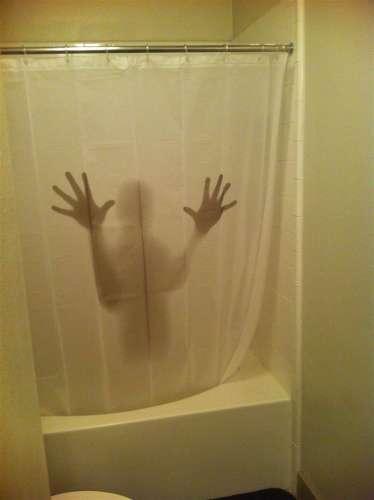 imagen de persona detrás de la cortina de la regadera