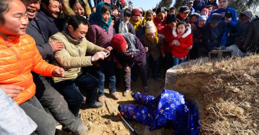 Hombre en china finge su muerte para ver como lo querían