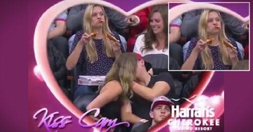 chica y su pizza frente a la Kiss Cam