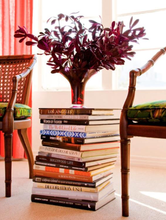 libros apilados como mesita