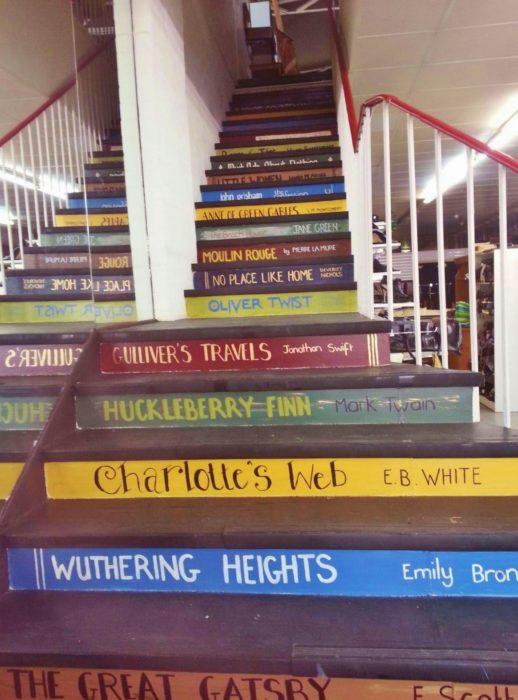 escaleras con calcomanías que hacen parecer que son libros enormes
