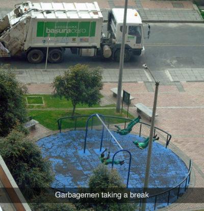 trabajadores de la basura se relajan columpiándose un rato