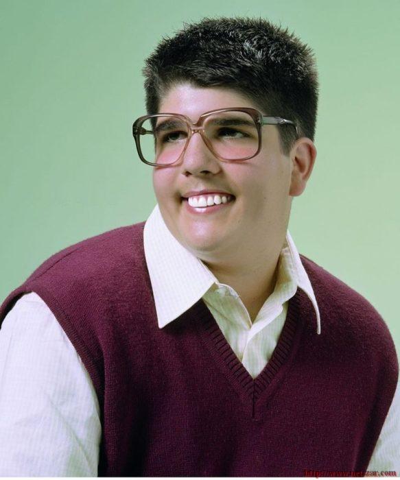 joven de 20 años con lentes y chaleco