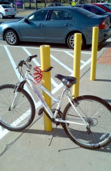 Alguien asegura su bicicleta en un barrote