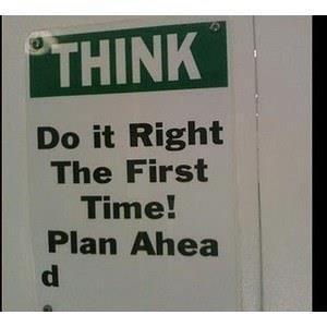 Ironía, letrero que pide a la gente que piense y haga las cosas bien la primera vez. El letrero está mal.