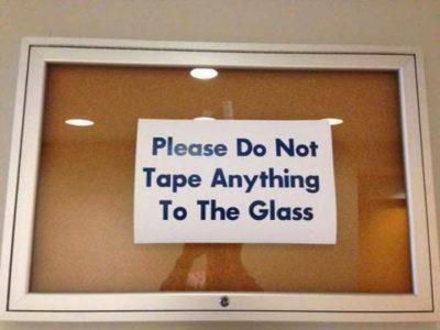 Ironía, por favor no pegue nada en el vidrio, dice el mensaje que está pegado en el vidrio
