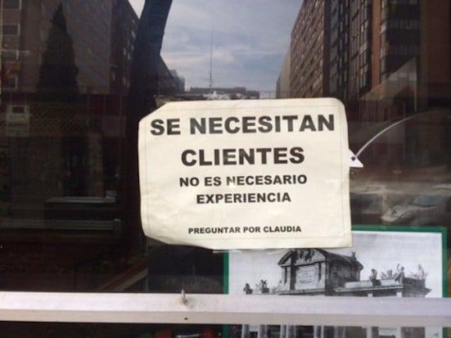 Ironía, letrero que dice que se necesitan clientes sin experiencia