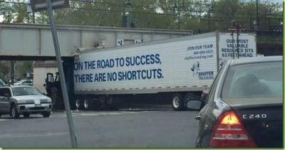 Ironía, camión choca cuando quiso pasar por un puente pero el camión era más alto