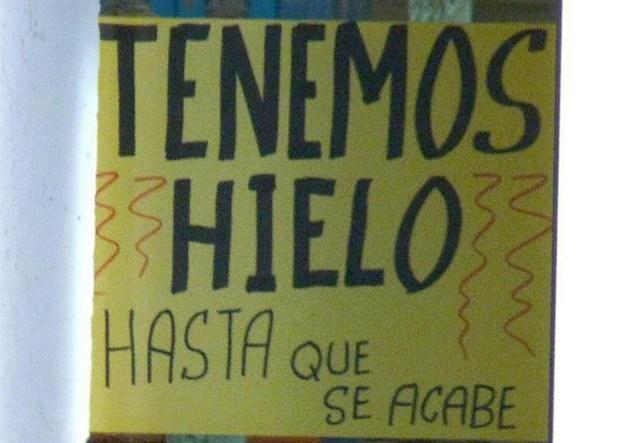 Ironía, letrero que dice TENEMOS HIELO HASTA QUE SE ACABE