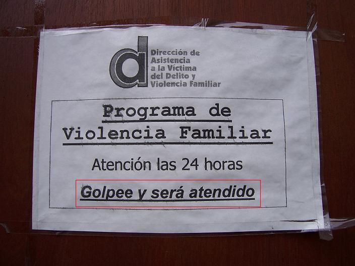 Ironía, letrero de violencia familiar que dice que si golpea será atendido