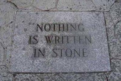 Ironía, un letrero en piedra que dice que nada está escrito en piedra