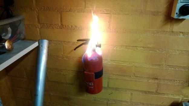 Ironía, el extinguidor en llamas