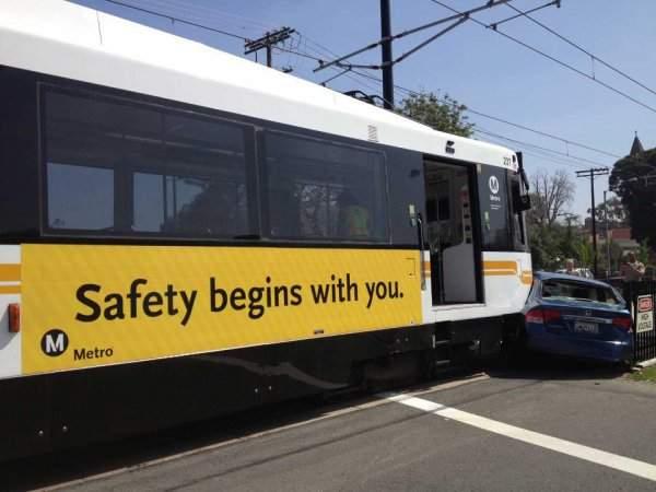 Ironía, camión con un letrero que dice que la seguridad empieza contigo choca a un carro