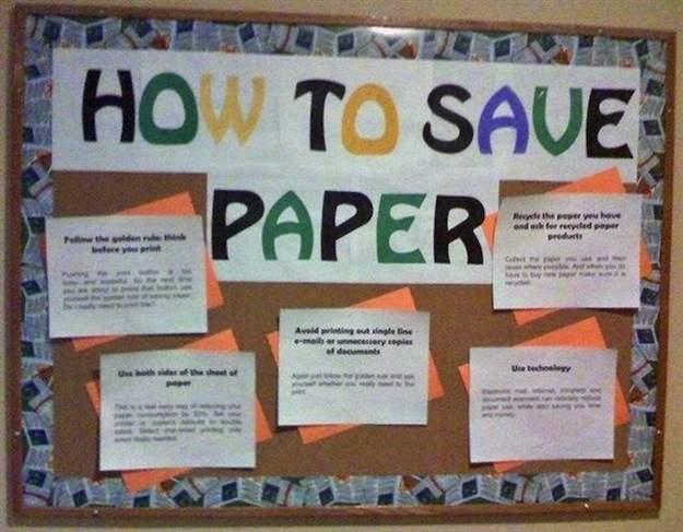 Ironía, periódico mural lleno de papeles que dice cómo ahorrar papel