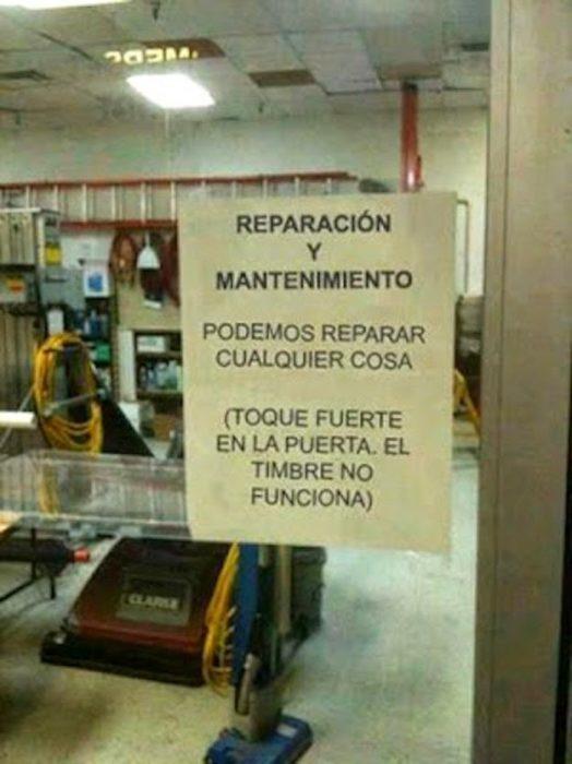 Ironía, letrero en un lugar donde dice que pueden reparar cualquier cosa pero su timbre no funciona