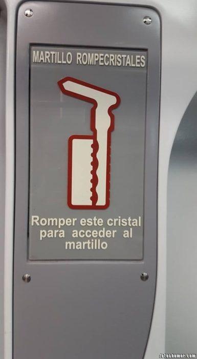 Ironía, martillo rompecristales, tiene que romper el cristal para acceder al martillo