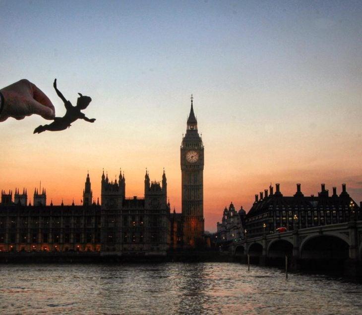 RECREA ESCENA DE PETER PAN EN LONDRES